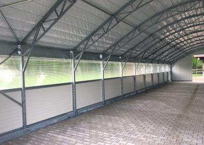 Feststall Rundbogen: Innenansicht eines Stalls, der als Lagerhalle genutzt wird.