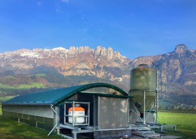 Mobilstall Rundbogen: Unser Stallsystem vor einem idyllischen Bergpanorama.
